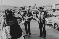 La seora quiere ver (10/365) (pedrobueno_cruz) Tags: black white street photography photographer d7200 35mm colors beach people sun sunset cars music musician girls boys explored 365 mxico ensenada baja california mono