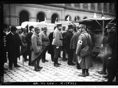 1915-03-14, Mr Millerand devant les autos ambulances russes aux Invalides (foot-passenger) Tags: bibliothquenationaledefrance bnf gallica oldphoto 1915 ambulance france wwi worldwari