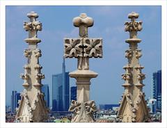 Le combat de l'ancien et du moderne / Dme de Milan (PtiteArvine) Tags: milan architecture duomo dme