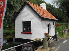 Kleinste snoepwinkeltje van het land (~~Nelly~~) Tags: belgi belgique belgium damme snoepwinkel brugwachtershuisje candyshop