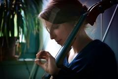 Maria con il violoncello I (SmoHoHo) Tags: frau portrai gesicht cello musikinstrument pflanze person sonya58 tamronsp70300