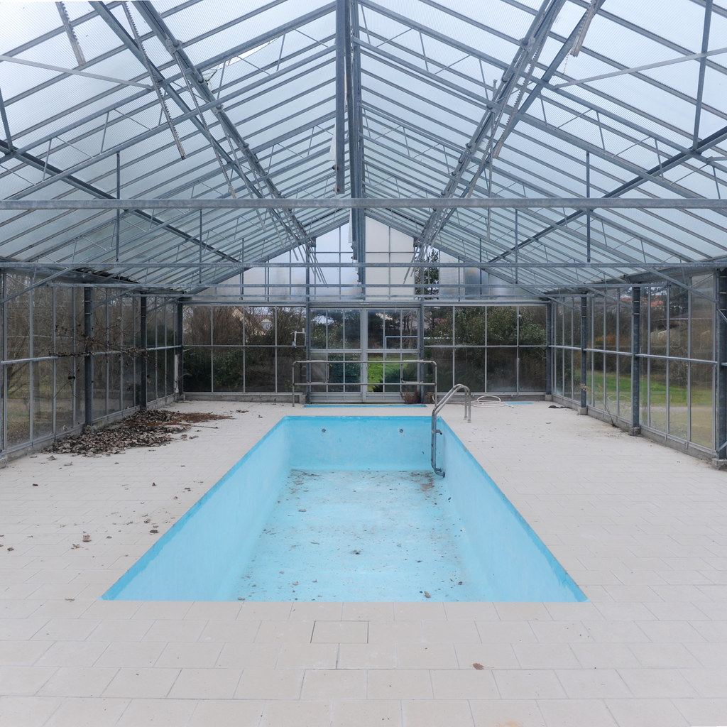 The world 39 s best photos of abandono and indoor flickr for Pool inside greenhouse