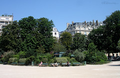 Relaxing at Champs Elysees hidden gardens (eutouring) Tags: avenue champselysees champs elysees avenuedeschampselysees garden gardens trees greenry relax bench tourist tourists