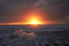 Onde con forme... (BarbaraBonanno BNNRRB) Tags: sun sunset scoglieradellamore onde marinadimassa scogliera dellamore