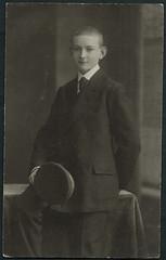 Archiv H201 Schlerportrait, 1900er (Hans-Michael Tappen) Tags: archivhansmichaeltappen junge boy schler schulmtze anzug kleidung atelierfoto atelierphoto portrait portrt 1900er 1900s