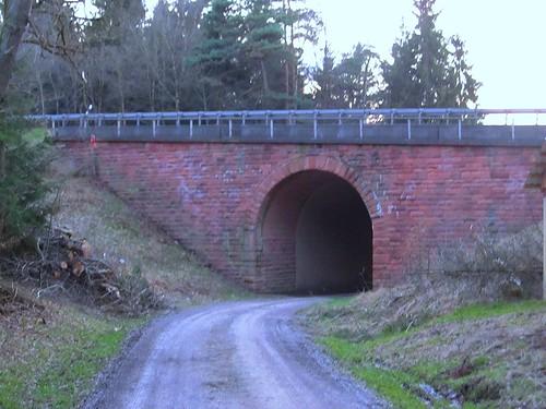 A4 Durchlaß im Wald westl. Hönebach April 2015_001