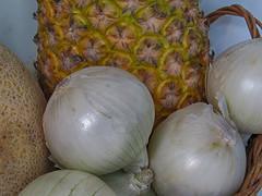 Piña Encebollada (José Ramón de Lothlórien) Tags: macro lapiz controlremoto cebolla cebollas piña fruta frutas verduras trebol treboles ramas madera ladrillo ladrillos