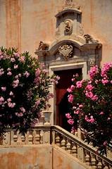 Taormina - Messina (Massimo Frasson) Tags: italia italy sicilia messina taormina centrostorico oldcity pittoresco villaggio mondanit piazza chiesa street piante fiori scala portone