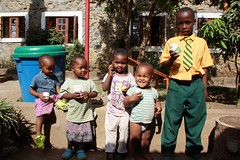 Elisha, Sumaya, Rukaya, Junior en Daniel Small