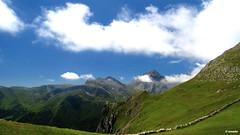 1.025 - Pea Ubia (esnalar) Tags: parquenaturaldelasubiaslamesa concejodelena asturias asturies principadodeasturias principaudasturies parasonatural espaa spain cielo sol nubes montaa montaismo paisaje naturaleza sky sun clouds mountain mountaineering landscape nature