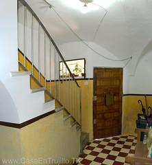 Planta baja, entrada y escalera de subida a planta primera.