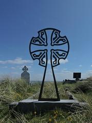 la découpée (laetitiablableuz) Tags: galway grass de island landscapes europe ile eire coastline inisheer aran cimetiere comte herbe croix irlande littoral celtique