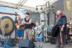kleiner Mann auf der Bühne (hellrac3r) Tags: germany bavaria concert stage musik konzert burghausen bühne 2016 mittelalter burgfest