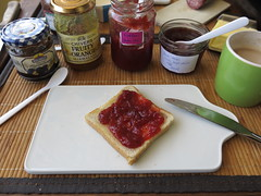 Erbeermarmelade auf Toast (multipel_bleiben) Tags: essen frhstck toast marmelade