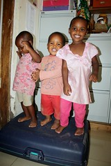 Sumaya, Junior en Rukaya bouwen een feestje