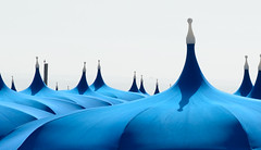 DSC_1412_2815. Il gabbiano - A seagull. (angelodaVerona) Tags: spiaggiai gabbiano appollaiato su un palo ombrelloni forma di pagoda colore azzurro cielo bianco panna luci ed ombre