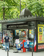 Kiosque  journaux  Paris (louis.labbez) Tags: kiosque journal journaux mobilier urbain paris vente vendeur trottoir drapeau flag franais french iledefrance france