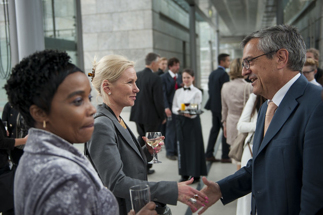 Anna Johansson greeting José Viegas at the reception