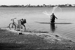 Po de cada dia (Julho Fraga) Tags: bw lake net bike work blackwhite fisherman bicicleta pb lagoa rede trabalho pescador pretobranco julhofraga