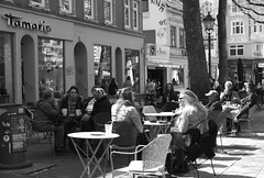 Hamburg  Ottensen. Ottenser Hauptstrasse. (fipixx) Tags: alltag gesellschaft lebenswelt menschen leute strasse strassen strassenleben strassenszene outdoor everyday leisure living environment humans people street road streetscene urban urbanarte hamburg
