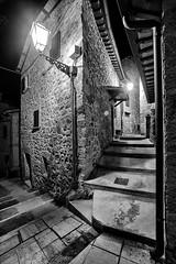 Castel Trosino - Scorcio 09 (Promix The One) Tags: casteltrosinoap marche scorcio centrostorico antichit medioevale piazza mura case mattoni pietre portone finestre via scale lampione notturno biancoenero bn bw canoneos1dsmarkii sigma1530f3545exdgaspherical