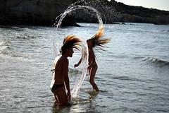 le meduse gaudiose (Il cantore) Tags: gioco joke acqua water mare sea gocce drops archi capelli hair donne women due two controluce backlit arches