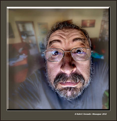 Autoretrat en 11mm (Selfportrait in 11mm) (Rafel Ferrandis) Tags: autoretrat 11mm quadrat eos5dmkii ef1124mml