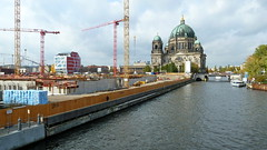 20131017 Berlin Mitte Schlossplatz Berliner Dom Spree Baustelle (22.2) (j.ardin) Tags: deutschland germany allemagne alemania berlin mitte zentrum schlossplatz humboldtforum stadtschloss berlinerdom spree baustelle buildingsite buildingarea constructionarea chantier obra kran krne towercrane grue gra