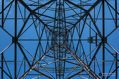 Hoogspanningsmast (Fotografie, Gouda) Tags: gouda hoogspanningsmasten elektriciteit pyloon staalconstructie construction symmetrie symmetry bluesky blauw blue rinuslasschuyt lasschuyt lijnen lines lookingup nikon nikond7200 nederland nl thenetherlands abstract