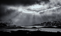 "light trough the clouds (Federico ""Jger"" Serafini) Tags: norvegia lofoten ghiaccio rocce rocks norway aurora boreale northern light clouds nuvole sea spiaggia long exposure"