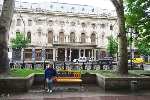 Marianne tegenover een hotel aan de Rustaveli Gamziri
