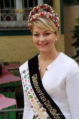 07-IMG_3134 (hemingwayfoto) Tags: abensberg brgerfest bayern dekoriert dirndl frau knigin kleidung krone lcheln landkreiskelheim niederbayern scherpe schmuck tracht tradition