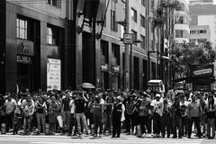Diario de una ciudad. (Luis Ann) Tags: blancoynegro avenida ciudad personas multitud espera calles semáforo desaturación