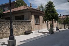 P1280480 (Jusotil_1943) Tags: banco calle muro caseta tejado