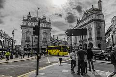 Entre Blanco y negro..... (Javier Arcilla) Tags: london blancoynegro blanco pentax negro ciudades amarillo londres k50 desaturacion pentax1855mm pentaxk50