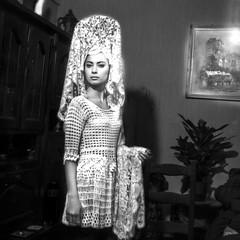 mantille blanche (zventure,) Tags: monochrome modle mannequin blackandwhite intrieur noiretblanc portrait paris carr dcor blanc tableau plante espagnol chapeau buffet chaise hasselblad 500cm argentique analogic