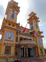 De voorkant van de Cao Dai Temple (MTTAdventures) Tags: temple cao dai kleurrijk