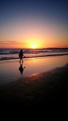 Strandspaziergang (bauingenieuse) Tags: strand beach sundowner walk spaziergang sony xperia muscheln shell sand frau woman schattenspiel schatten shadow 2016 bauingenieuse z3 conildelafrontera