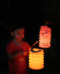 Chinese Lanterns (kieronjameslong) Tags: girl younggirl lantern lanterns chineselanterns autumn midautumn festival midautumnfestival mooncakefestival autumnfestival red redlight light shadow tradition chinesefestival kuching sarawak malaysia borneo asia fareast southeastasia people reallife dailylife