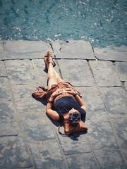 IMG_7944-01 (maurizio siani) Tags: canon s90 colore colors estate 2016 mare sea donna relax rilassata rilassarsi riposo stesa leggere libro ragazza women girl gonna gambe bellezza fascino napoli naples italia italy pavimentazione